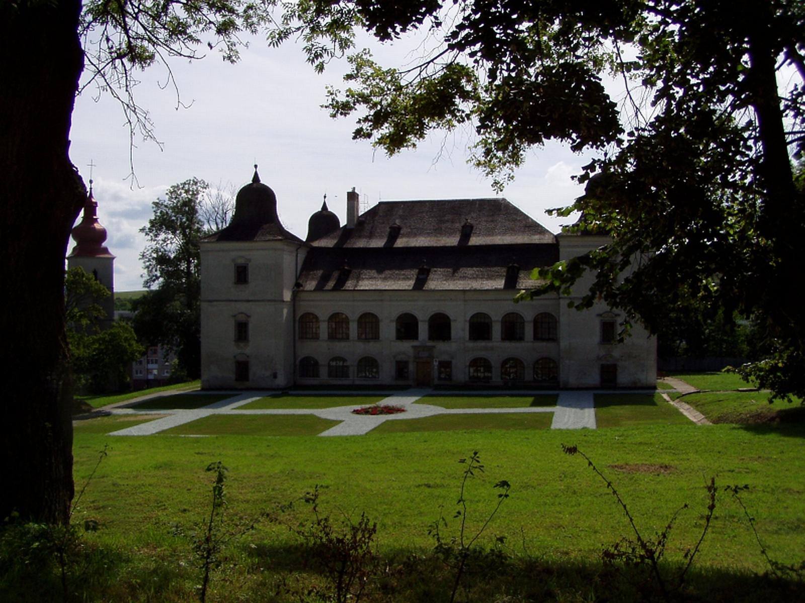 Renesančno-barokový kaštieľ, sídlo Vlastivedného múzea v Hanušovciach