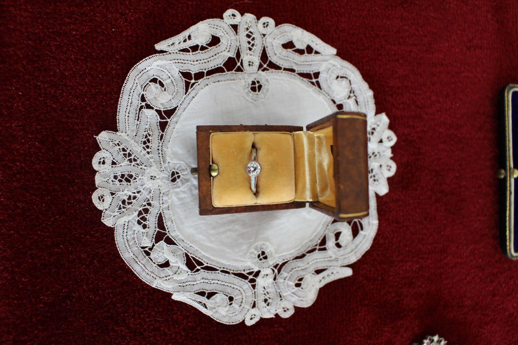 Foto 1 - snubý prsteň s briliantom M.G.